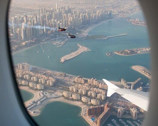Wyjątkowy lot samolotu A380 linii Emirates oraz duetu Jetman Dubai zainteresowania, hobby, media, marketing, reklama -